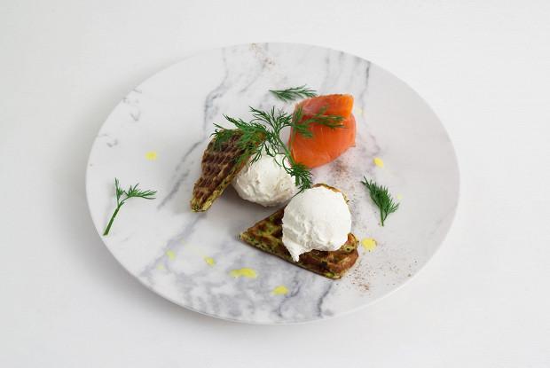 Вафли из цукини с лососем и сливочным сыром