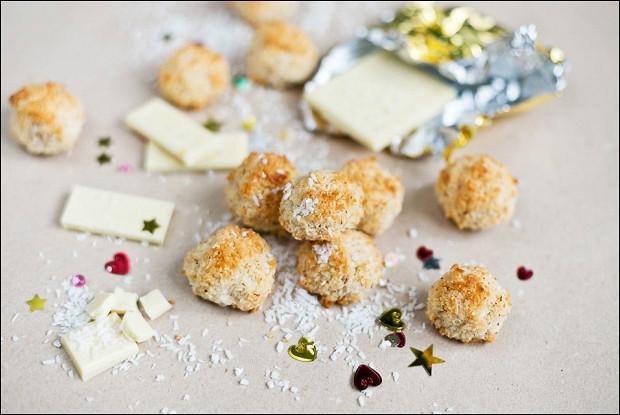 Печенье в глазури из белого шоколада и кокосовой стружки