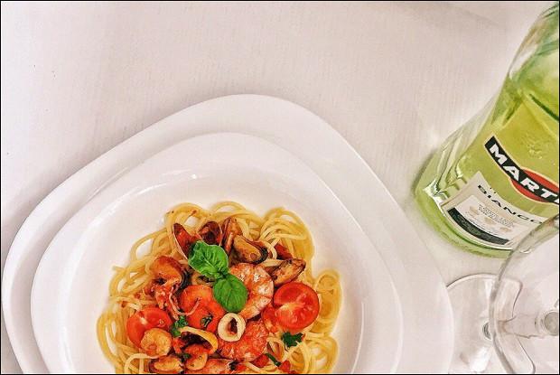 Паста с морепродуктами в томатном соусе с белым вином
