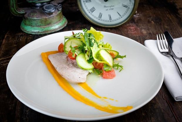 Салат с индейкой и тыквенным соусом