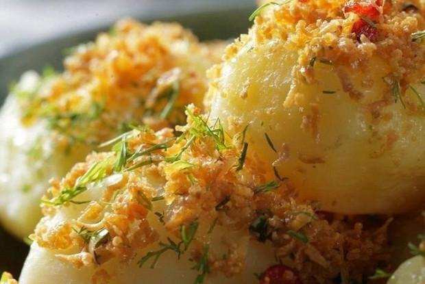 Вареный картофель с рыбной икрой