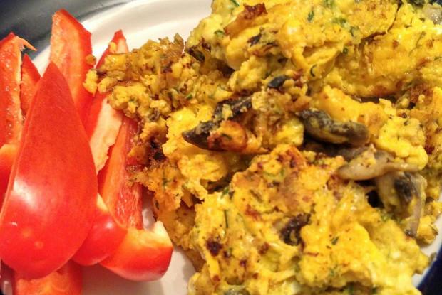 Нежный омлет с грибами, специями и сыром