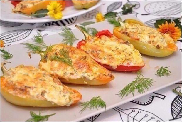 Болгарские перцы, фаршированные куриным фаршем с овощами и зеленью
