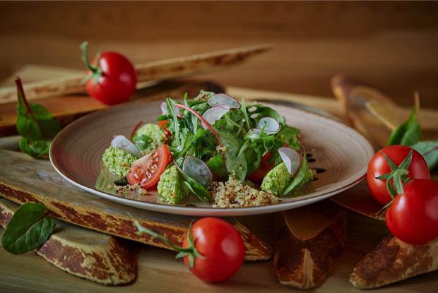 Салат с гуакамоле из авокадо с киноа и сладкими томатами