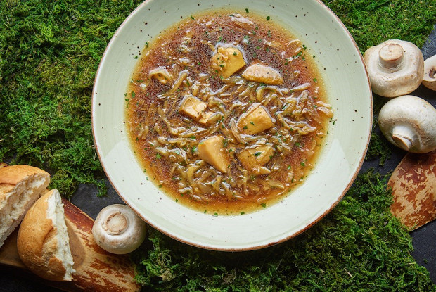 Постный суп с томленой капустой и грибами