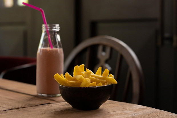 Томатный молочный коктейль и картофель фри с трюфельной солью