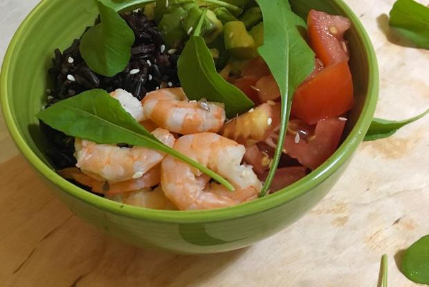 Боул с креветками, авокадо и черным рисом