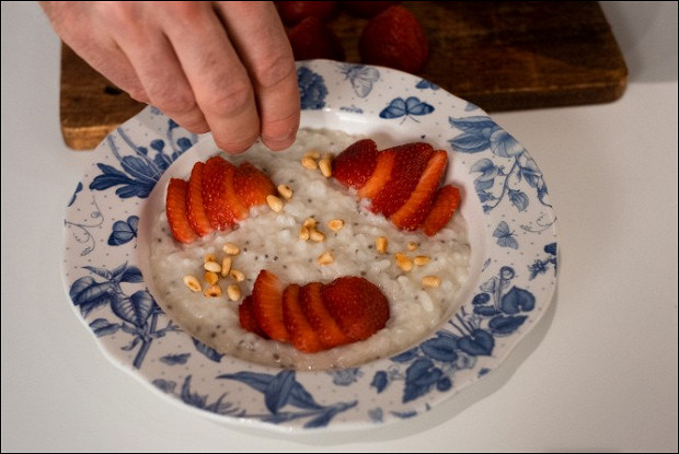Рисовая каша с клубникой и семенами чиа