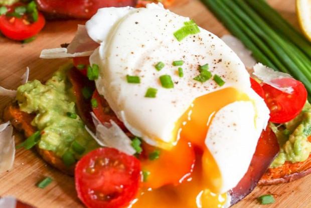 Авокадо с яйцом пашот и слабосоленым лососем