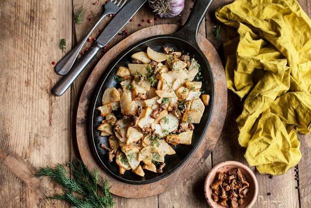 Жареные лисички с картофелем в сметане