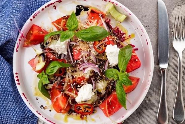 Салат из арбуза с брынзой и помидорами