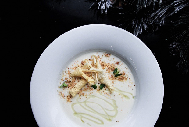 Крем-суп из цветной капусты с горгонзолой, копченым миндалем и медом алоэ