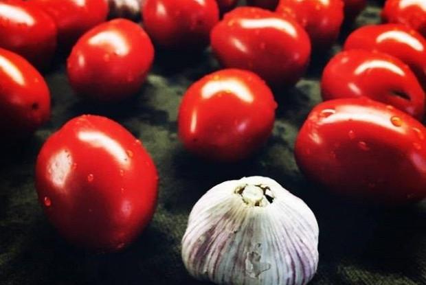 Вяленые томаты с базиликам и чесноком
