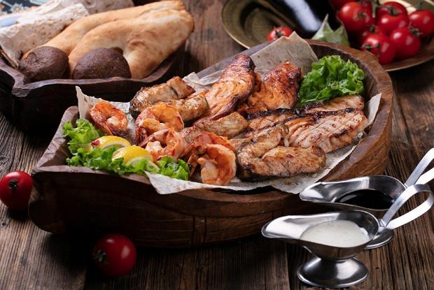 Рыбный ковчег с осетриной, стерлядью, семгой и креветками