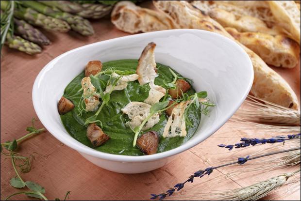 Крем-суп из шпината и щавеля с белыми грибами