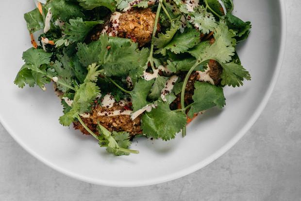 Фалафель с салатом из щавеля и капусты и  соусом из хумуса