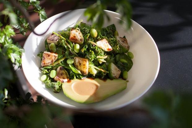 Зеленый салат с авокадо с двумя соусами