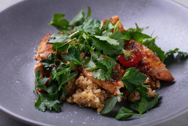 Салат с фермерским цыпленком, кускусом и узбекскими томатами