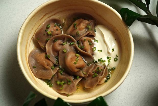 Пельмени из гречневой и черемуховой муки с крабом и сливочным сыром