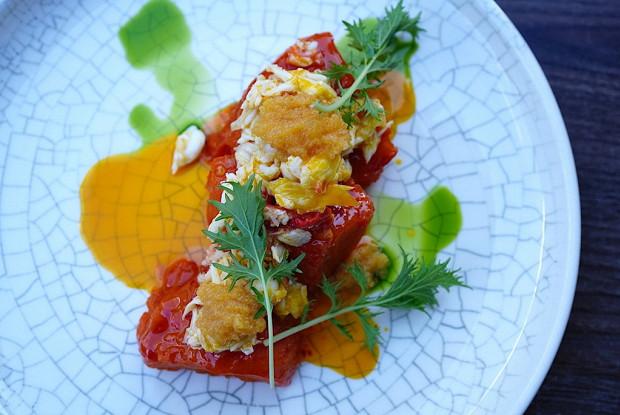Томленая тыква с крабом, икрой щуки и морковным соусом