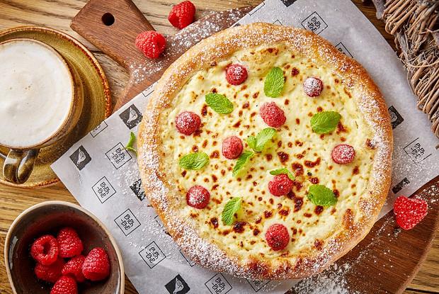 Сладкий хачапур с ягодами и сливочным сыром