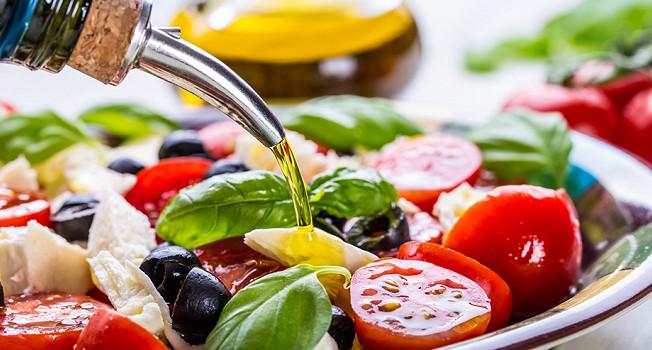 Зачем в салат льют растительное масло?