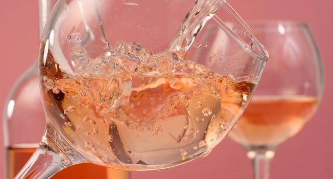Розовые вина: все, что нужно знать о главном напитке лета